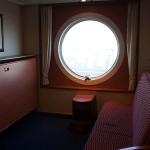 Die eingeklappten Betten der Kabine an Bord der Color Magic