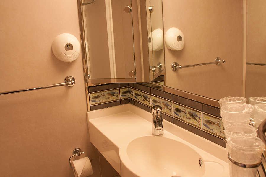 Das kleine Bad der 3-Sterne-Kabine der Color Magic