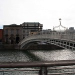 Die Ha'Penny Bridge über den Fluss Liffey in Dublin