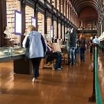 Im Long Room der historischen Bibliothek des Trinity College in Dublin