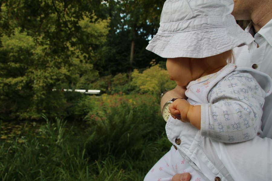Unser kleines Reisebaby als Fotomodell im Bürgerpark Bremen