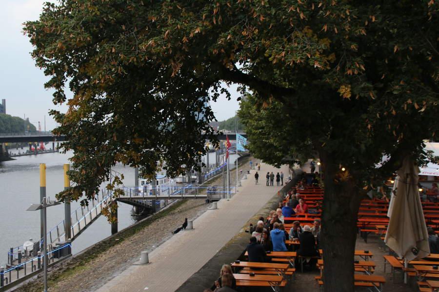 Ein Sommerabend in den Biergärten der Bremer Schlachte