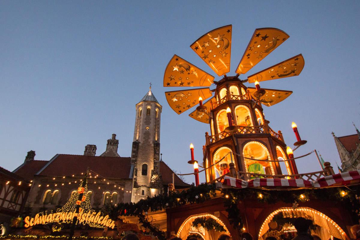 Pyramide und Schwarzwaldstübchen auf dem Braunschweiger Weihnachtsmarkt