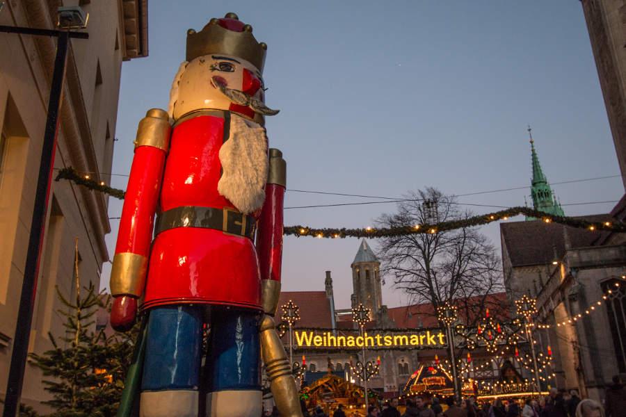 Der neun Tonnen schwere Nussknacker Bruno, der die Besucher des Braunschweiger Weihnachtsmarktes begrüßt