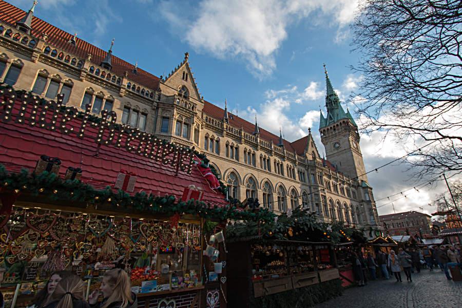 Das Alte Rathaus mit seinem 61 m hohen Turm am Braunschweiger Weihnachtsmarkt