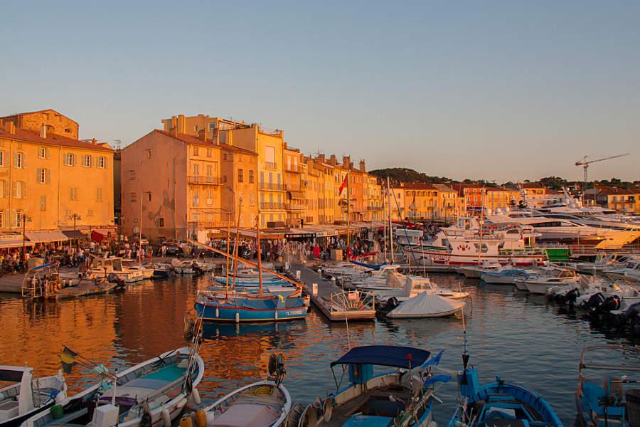 Der Yachthafen von St. Tropez im Abendlicht