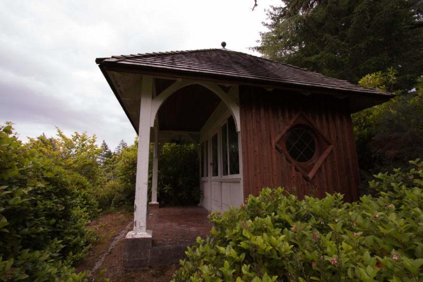 Auf dem Anwesen befindet sich auch ein kleines Sommerhaus - im Grunde nur ein besserer Unterstand bei Regen. (c) Carolin Hinz www.esel-unterwegs.de